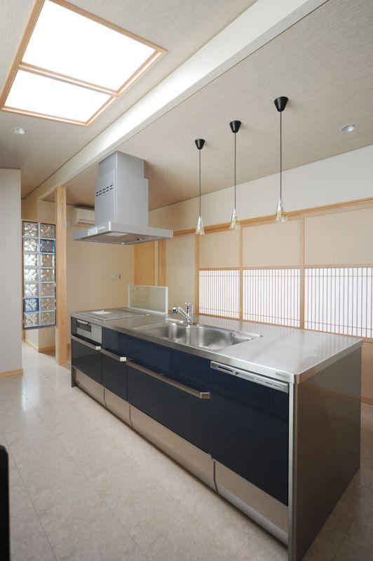 T-T house:クリナップSSアイランドキッチン。和風の引違い建具と予想以上に似合います。トップライトから自然光が差し込みます。