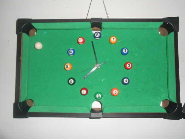 Picture of DIY pool table wall clock.