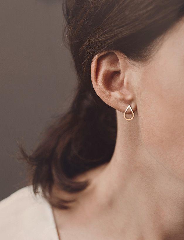 Minimalistisch und zart wirken die Tropfen-Ohrstecker am Ohr. Sie sind 16x10mm groß und haben einen zarten Farbverlauf von Silber zu Roseold. Die Ohrstecker werden komplett aus 925 Silber von Hand...