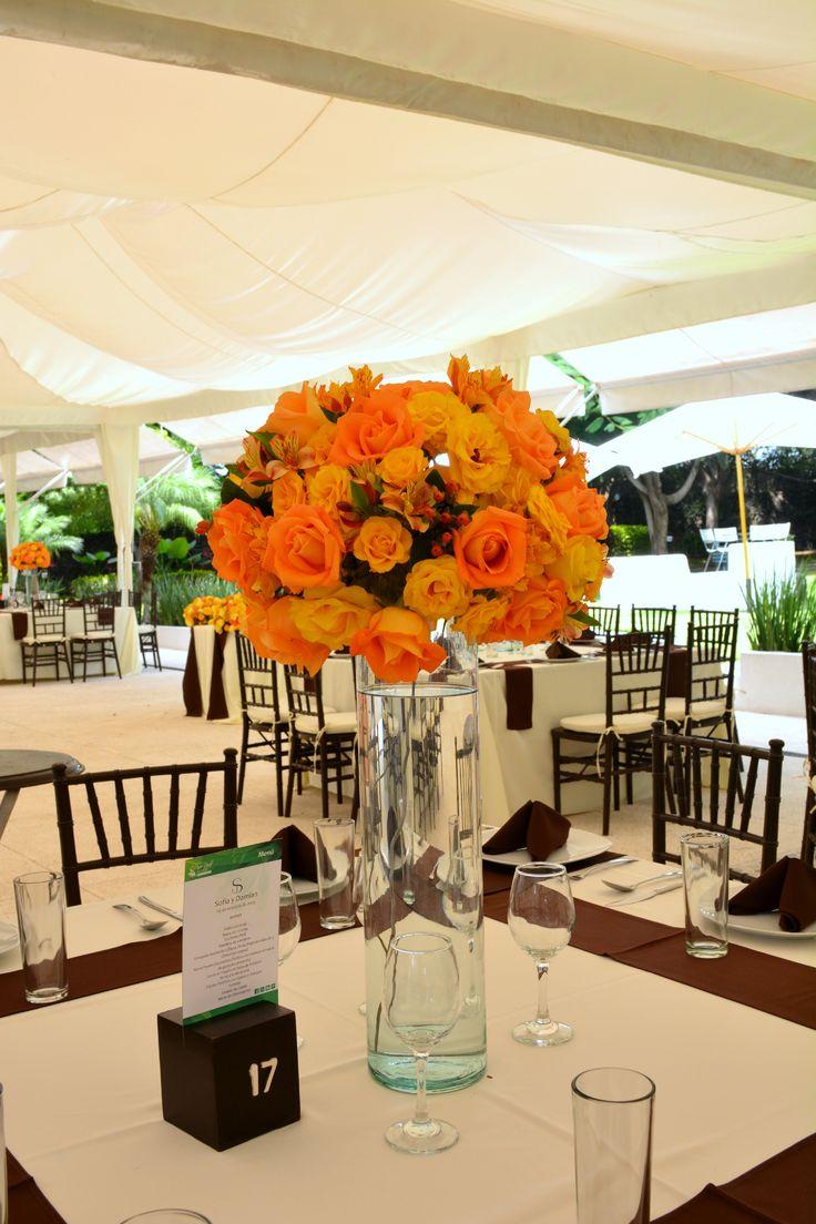 #Bodas Centro de mesa alto en tonos amarillos y naranjas en Quinta Pavo Real del Rincón www.pavorealdelrincon.com.mx