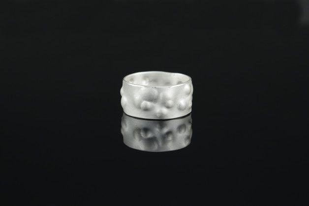 **Das Schmuckstück**  Ein Ring der Dir den Nachthimmel näher bringt. Einzigartig geformter Ring aus recyceltem 925 Silber. Er ist angenehm zu tragen und ist in zwei Breiten zu bekommen. Da jeder...
