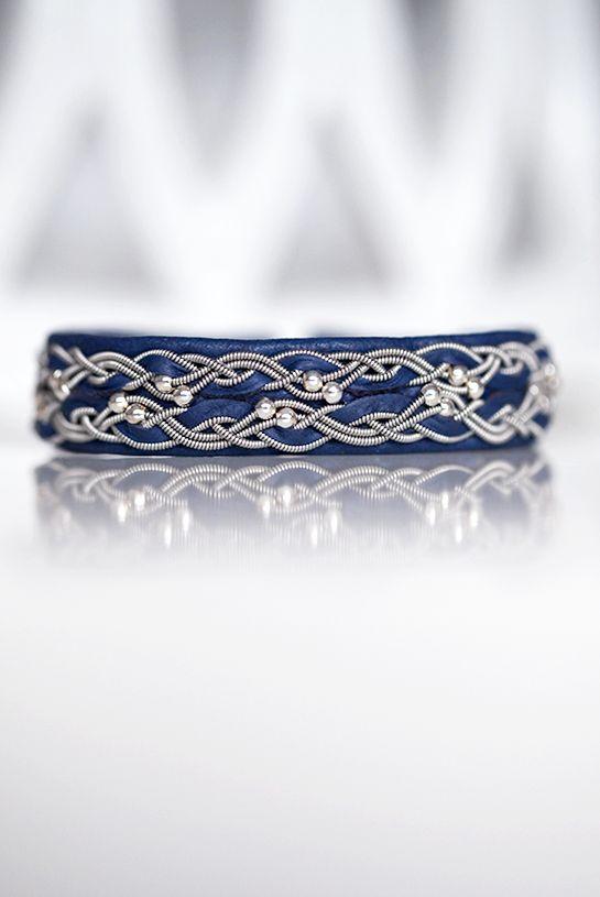 Lindas armband: Blått mellanbrett tennarmband med silverpärlor