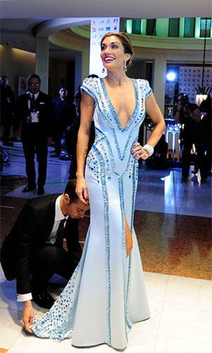 Carolina de Moras en Claudio Mansilla en la Gala del Festival de Viña del Mar 2014. Este vestido pesa casi 19 kilos... esta hecho de diamantes de diferentes formas. Un vestido muy exclusivo, especial para una gala