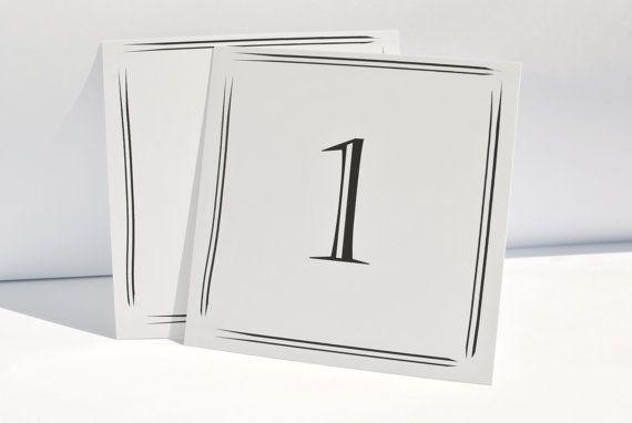Elegante Hochzeits-Tischnummern, gedruckt in schwarzer Tinte auf glänzendem weißen Karton. Zu kaufen bei Etsy.