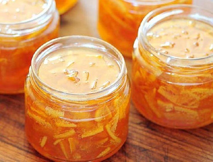Mermelada de naranja con algunas manzanas que ayudan a equilibrar su intenso sabor.