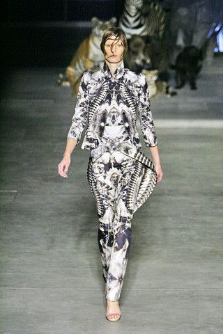 Alexander McQueen once again featured a profuse and spectacular haute couture. Batik skills bring forward dazzling geometrical patterns and natural patterns like bark, waves, flowers, marble, creating a brilliant kaleidoscope vision.