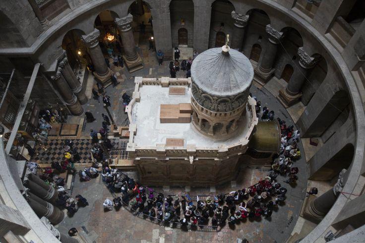 V Jeruzalémě slavnostně odhalili restaurovaný Boží hrob, v němž byl podle křesťanské legendy pohřben Ježíš Kristus. Takzvaná edikula v chrámu Božího hrobu v Jeruzalémě prošla první kompletní opravou po více než dvou stech letech. Rekonstrukce jedné z nejdůležitějších památek křesťanské církve trvala deset měsíců.