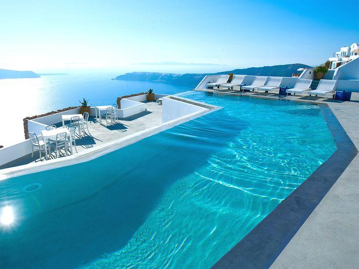 GRACE SANTORINI   SANTORIN Das atemberaubende Boutique-Hotel liegt 300 Meter über der Caldera der griechischen Vulkaninsel Santorin und beeindruckt nicht nur mit spektakulärem Meerblick insbesondere vom Pool, sondern auch mit seiner modernen Interpretation der typischen Kykladenarchitektur.