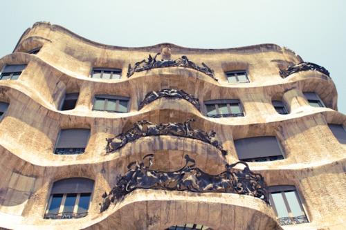 Barcelona to miasto bardzo stare, jego początki sięgają III wieku p.n.e. Bogata historia i mnogość zabytków nie nadały mu jednak jednoznacznego charakteru – między starymi katedrami można spotkać ekskluzywne butiki i nocne kluby, z których sączy się nowoczesna muzyka. Trendy świetnie współgrają tam z barwną historią. Więcej o Barcelonie znajdziecie na http://soperlage.com/barcelona-radosc-slonce-zabawa/