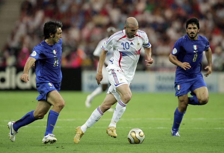 En esta imagen podemos observar este jugador el cual esta dejando dos de sus rivales atrás, uno de ellos solo observa la jugada el otro va al ataque del balón con desespero.