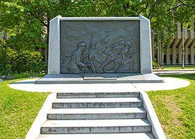Je me souviens  André D. Gauthier 1989 Place George-V Élevé à l'occasion du 75e anniversaire du 22e Royal Régiment, le monument commémore le sacrifice des soldats qui ont trouvé la mort durant les deux grandes guerres mondiales et la guerre de Corée. Le bas-relief est inspiré du tableau L'Avance du peintre A. T. C Bastien, exposé au Musée canadien de la guerre à Ottawa.