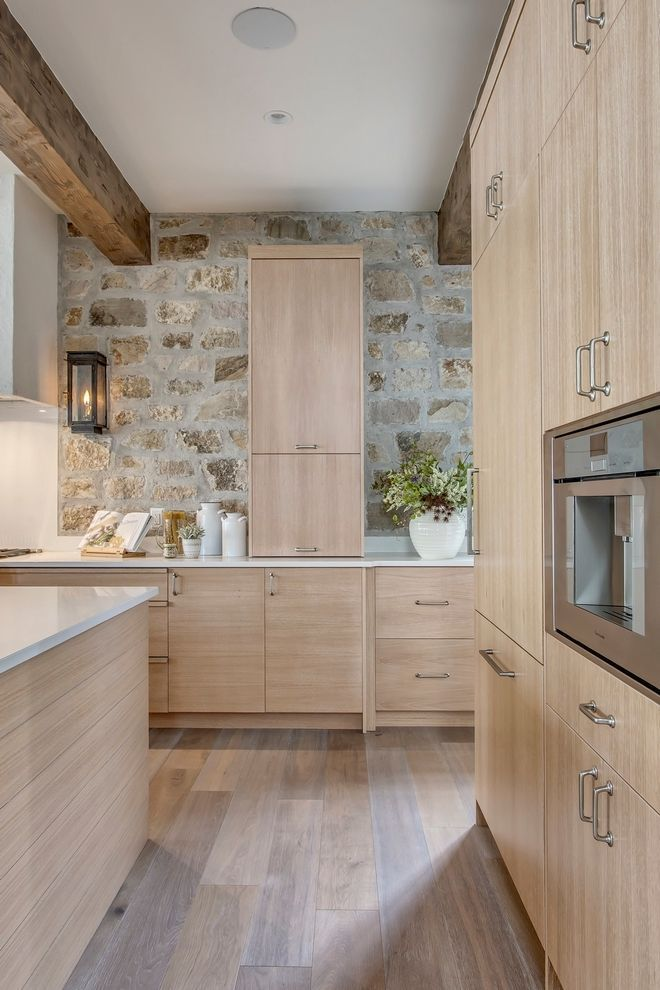White Oak Cabinet Kitchen Cabinet Notice The Clever Use Of Vertical And Horizontal Grain Wood On The Stone Kitchen Kitchen Design White Oak Kitchen