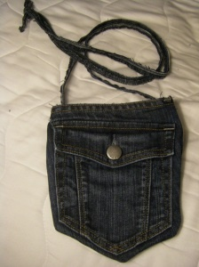 Jean Pocket Purse--recycle old jeans!  ***I just made one of these and used printable iron-on fabric and jewels (with jewel glue) to decorate it as a Smurfette purse for my niece; turned out cute