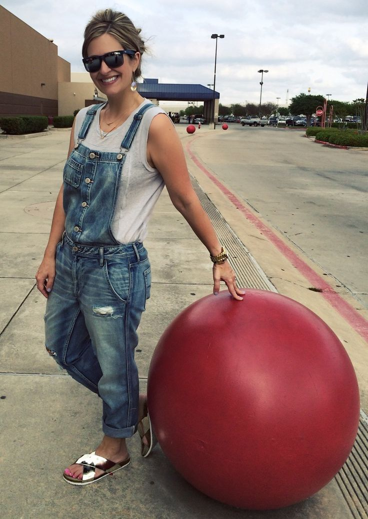 I can spot these red cement balls from any highway! Overalls: American Eagle Tee: Gap (last year similar here) Sandals: Target Earrings: Kendra Scott (sold out similar here)
