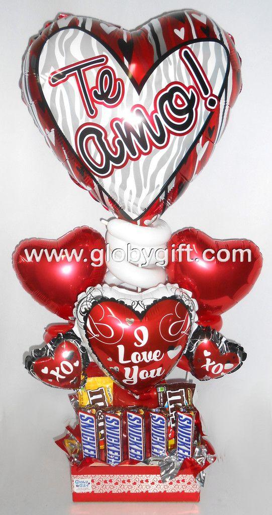 Arreglo con globos de amor y muchos chocolates, para regalar en San Valentín