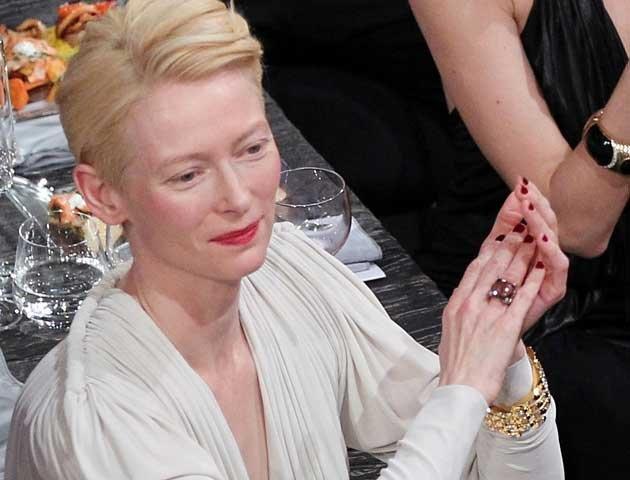 """Oscar-Preisträgerin Tilda Swinton (""""We Need to Talk About Kevin"""") wird in Deutschland wieder mit Regisseur Jim Jarmusch (""""Broken Flowers"""") zusammenarbeiten, berichtete der """"Hollywood Reporter"""" am Montag. Produziert wird Jarmuschs neuer Vampir-Film """"Only Lovers Left Alive"""" von der Kölner Filmproduktion Pandora. Wie die Filmstiftung NRW auf ihrer Website bekanntgab, wird sie die Produktion mit 1,1 Million Euro unterstützen. Oscar-Gewinner John Hurt..."""