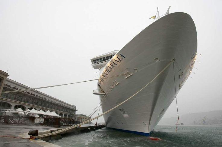 Arriva l'inverno: l'imbarco sulla Costa tra le raffiche di Bora - Foto - Il Piccolo