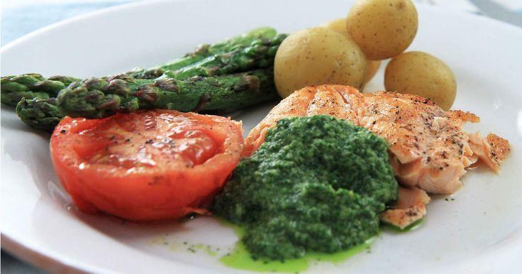 Salsa verde är en grön sås med massor av örter och kapris. Här serveras den till grillad lax, nypotatis och solmogna tomater!