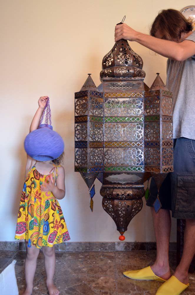La historia de cómo conseguimos unos lavabos y la lámpara más grande de Marruecos 🛳 Entre las tendencias en decoración una de las que más nos gusta es la que se basa en decorar con artesanía marroq…