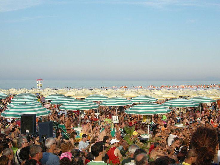 """Gente assiepata tra gli ombrelloni della...mitica Spiaggia di Velluto di Senigallia, durante la diretta del programma radiofonico """" Caterpillar"""" ,in onda su Radio Due.......Marche, Italia ."""