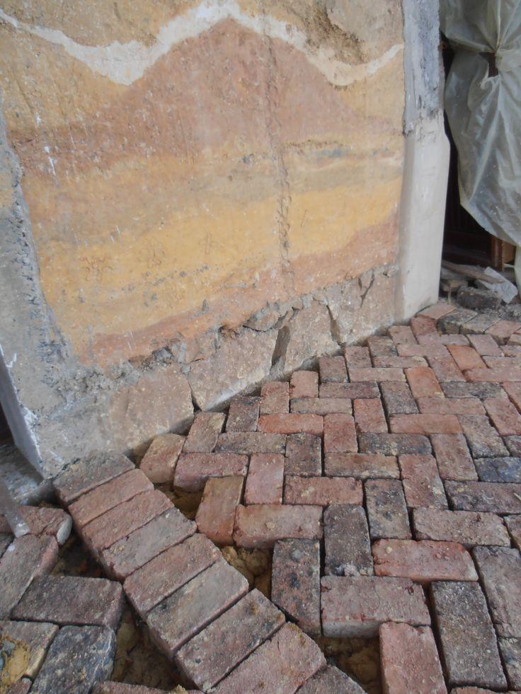 pared de tapia pisada y terraza de ladrillo