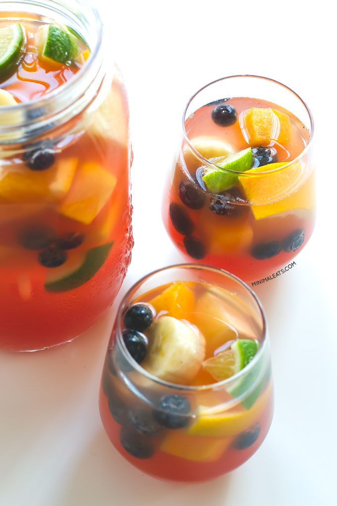 Non alcoholic sangria minimaleats.com 4 cups white grape juice (1 l) ¼ cup blueberries (40 g) + ¾ cup blueberries (120 g) 1 cup orange juice (250 ml) Juice of 1 lime + 2 limes 2 oranges 2 bananas 2 peaches