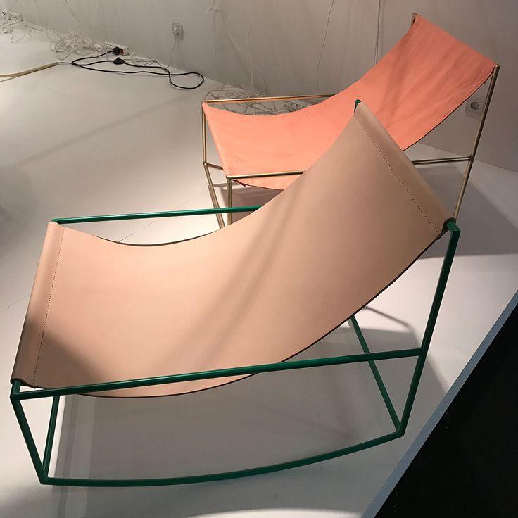 Altrosa mit dunklem Grün sieht richtig toll aus. Schaukelstuhl von Muller van Severen.