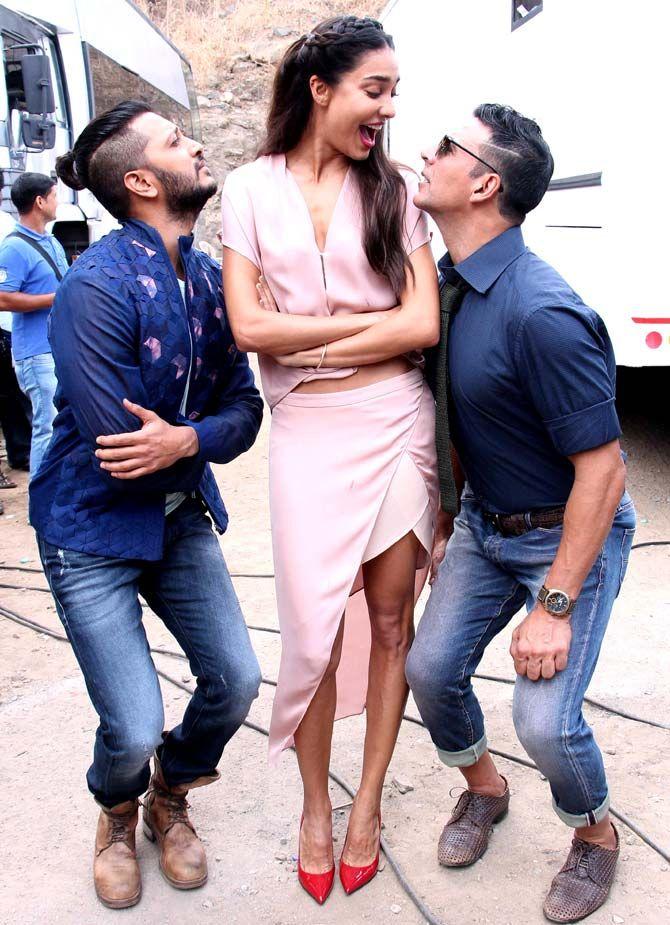 Akshay Kumar, Lisa Haydon and Riteish Deshmukh joke around on the sets of 'Comedy Nights Bachao'. #Bollywood #Fashion #Style #Beauty #Hot #Sexy