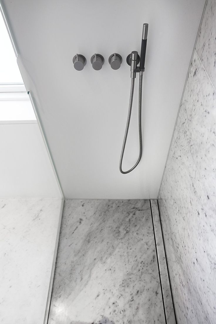 Bruseområde med Vola armaturer samt linjeafløb beklædt med marmor. unidrain® HighLine. Mette Julie Skibsholt, Kreativ Leder, Arkitekt, Arkitema Architects