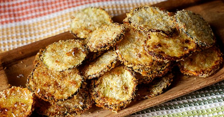 Zdravější, bez oleje a bez smažení. Chipsy se pečou v troubě a o chuť se postará vynikající sýr. Potřebujeme 2 středně velké cukety 1 bílek z velkého vejce 50 g jemně strouhaného parmezánu.Místo parmezánu můžete použít levnější Granu Padano, ale pak doporučujeme lehce přisolit. 40 g jemné strouhanky Sůl Pepř Postup Krok 1. Troubu předehřejte ...