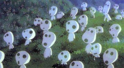Screenshot uit Mononoke-hime van Hayao Miyazaki. Hij maakt gebruik van overlapping en groottecontrast met de bosgeestfiguurtjes, hierdoor lijkt het alsof ze met oneindig zijn. Het beeld loopt ook oneindig door. Door de ronde vormen in hun gelaat lijken ze lief, onschuldig maar omdat de vormen ook op skeletten lijken krijgen ze een dubbele associatie.