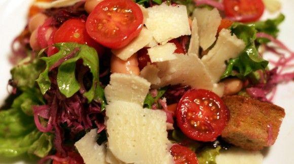 Knapperige groene salade met knoflook-ansjovis dressing