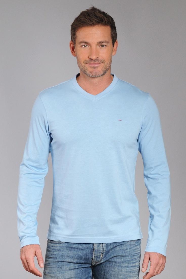 T-Shirt Uni Col V, Eden Park, 65 €   T-shirt uni col en V à manches longues. Taillant classique pour un esprit casual sport. Logo noeud papillon rose brodé sur poitrine.