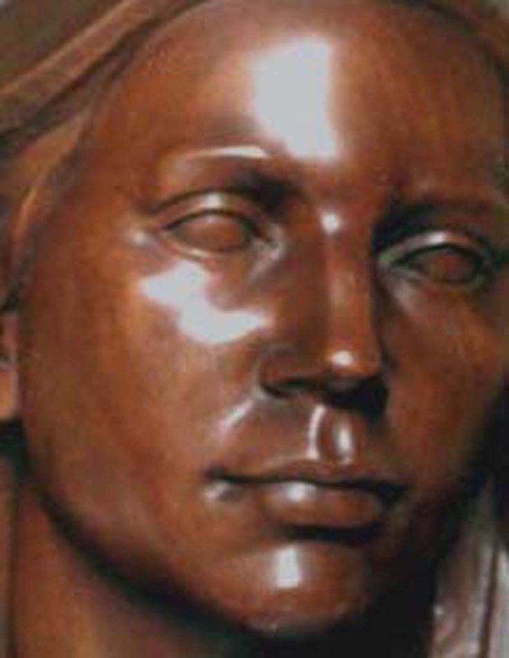 "Detalle de ""Sensibilidad"" escultura en madera de caoba de Juan María Medina Ayllón"