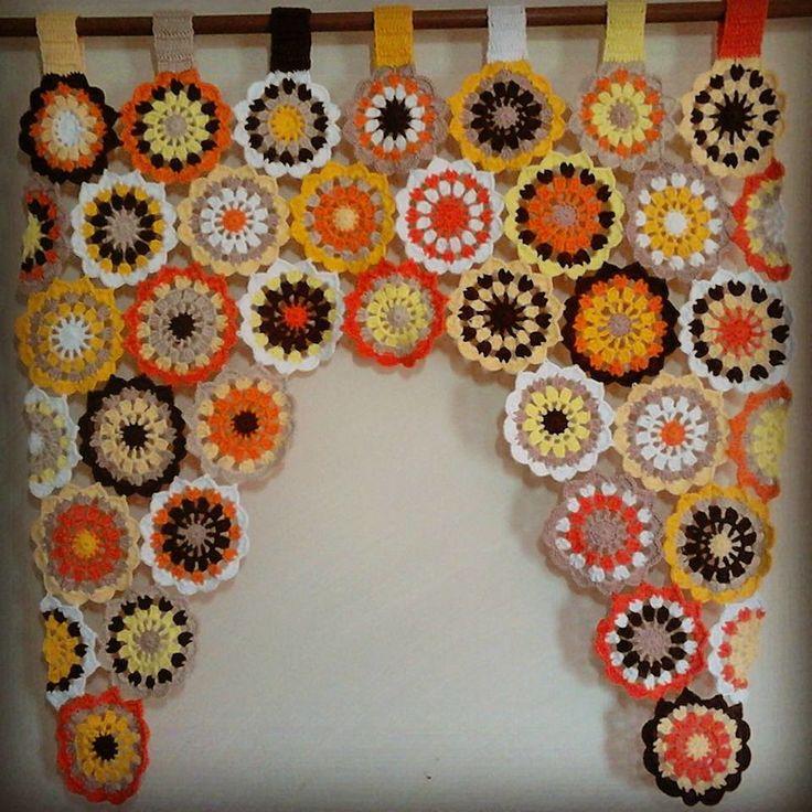 Linda cortina florida em crochê confeccionada com linha 100% algodão.  Tamanhos e preços  Tamanho 70x70 = 104,00  Tamanho 0,85 x0,85 a da foto à cima = 115,00  Tamanho 0,80x0,90 = 115,00  Feito na medida e na cor desejada.