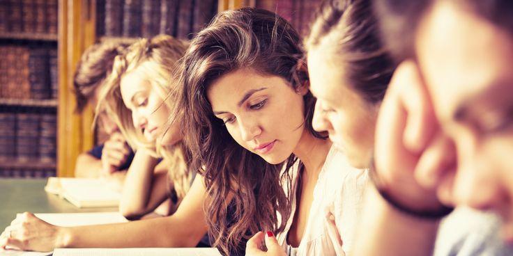 Co dają nam studia?  Przede wszystkim studia dają nam wykształcenie. Jednak warto pamiętać także o innych możliwościach, jakie wtedy mamy. Po pierwsze mamy czas, by zacząć działalność w różnego typu kołach czy organizacjach, które potem możemy przedstawiać w swoim życiorysie. Jest to także czas nawiązywania kontaktów, z których wiele może nam się przydać w późniejszym życiu zawodowym. Możemy korzystać ze szkoleń i spotkań, organizowanych dla studentów.