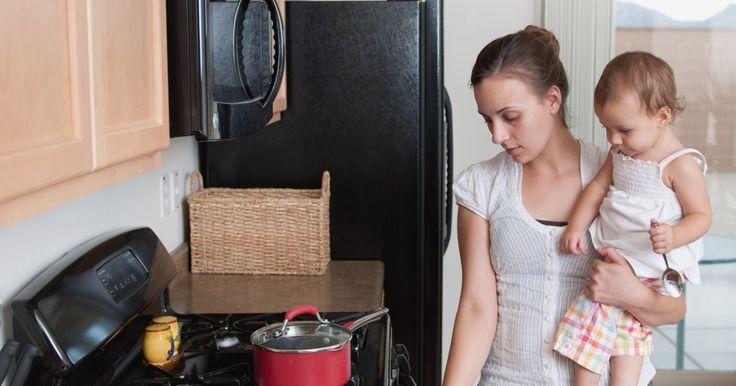 Como cozinhar em sacos Ziploc. Cozinhar em sacos Ziploc é uma técnica popular na hora de sentar ao redor da fogueira do acampamento ou tentar fazer uma comida rápida. Os benefícios de preparar comida dessa maneira são que o processo não suja muito e é muito simples. Da próxima vez que você for em um acampamento, tente fazer esta receita de omelete em um saco.