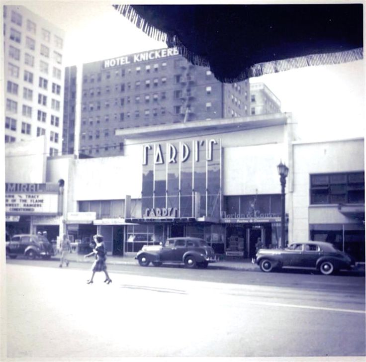 Sardi's Restaurant opened at 6315 Hollywood Blvd in 1932