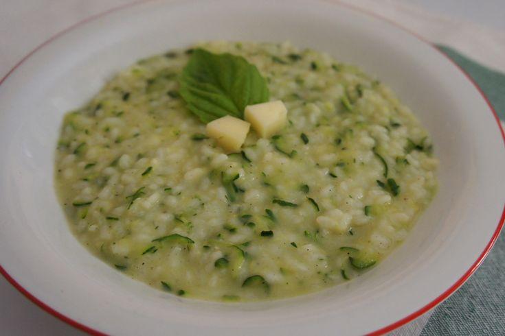 Il risotto con zucchine e Asiago è cremoso, gustoso ma semplicissimo da preparare. Ecco la ricetta per prepararlo ed alcune varianti altrettanto golose