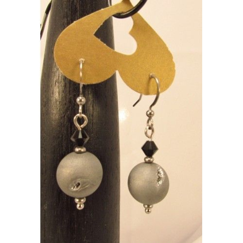 Boucles d'oreilles en billes de quarts druzy gris métalliques, bordées de cristaux swarovski noirs., pendu à un crochet hypoallergique en acier inoxydable. Bijoux cou de cœur artisanaux fabriqué au Québec.