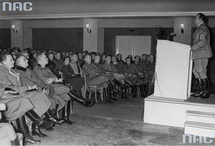 Otwarcie gmachu NSDAP (obecny Dom Żołnierza).  Gubernator Hans Frank przemawia podczas uroczystości związanych z otwarciem gmachu NSDAP w Lublinie. W pierwszym rzędzie widoczni: Otto von Wachter (pierwszy z lewej), Otto Globocnik (piąty z lewej), Richard Schalk (szósty z lewej).