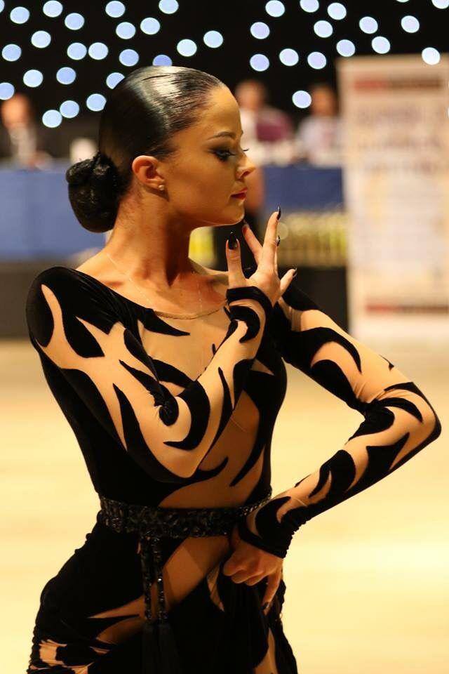 Ik miss beweging in de jurk voor beginnende dansers. Glitter en decollete maar geweldig design