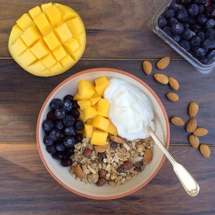 Granola casera con yogurt griego, mango y arándanos #desayuno #saludable #estudiantes