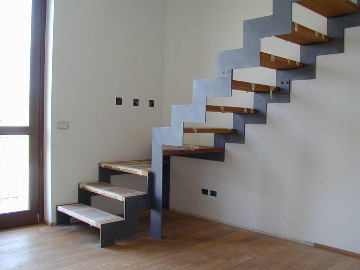Scala a giorno con doppia struttura laterale in ferro e gradini in massello di faggio.