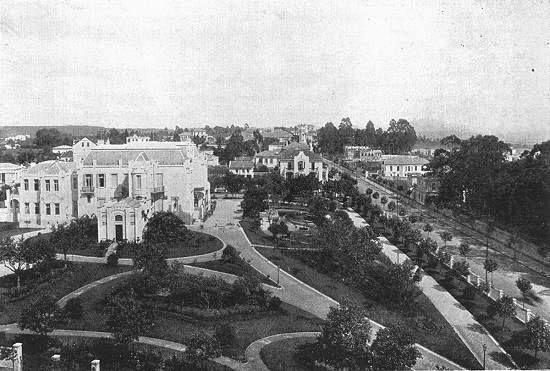 Bairro de Higienópolis com visão da praça Buenos Aires. A direita a avenida Angélica.