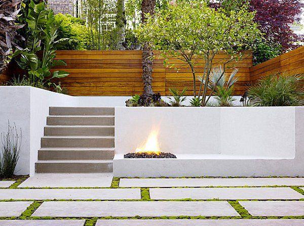 jardin avec escalier en béton et cloison en bois