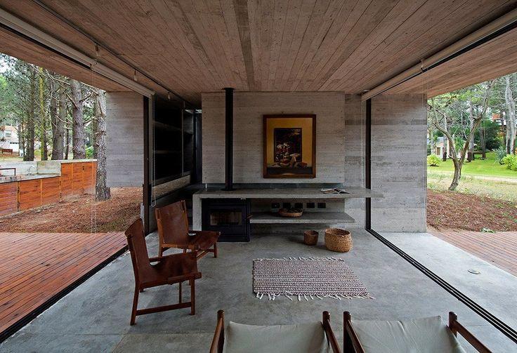 Дом из стекла и бетона в окружении деревьев