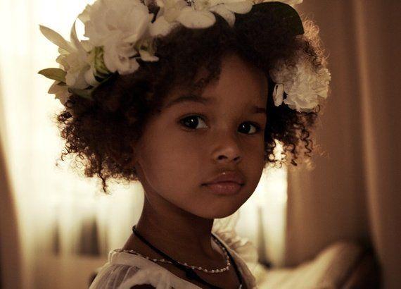 Já imaginou um professor aconselhar uma mãe a alisar o cabelo de sua filha por causa da represália dos coleguinhas? Tome uma atitude! - Veja mais em: http://www.vilamulher.com.br/familia/filhos/filhos-que-sofrem-preconceito-por-ter-cabelo-crespo-veja-o-que-fazer-m0215-699593.html?pinterest-destaque