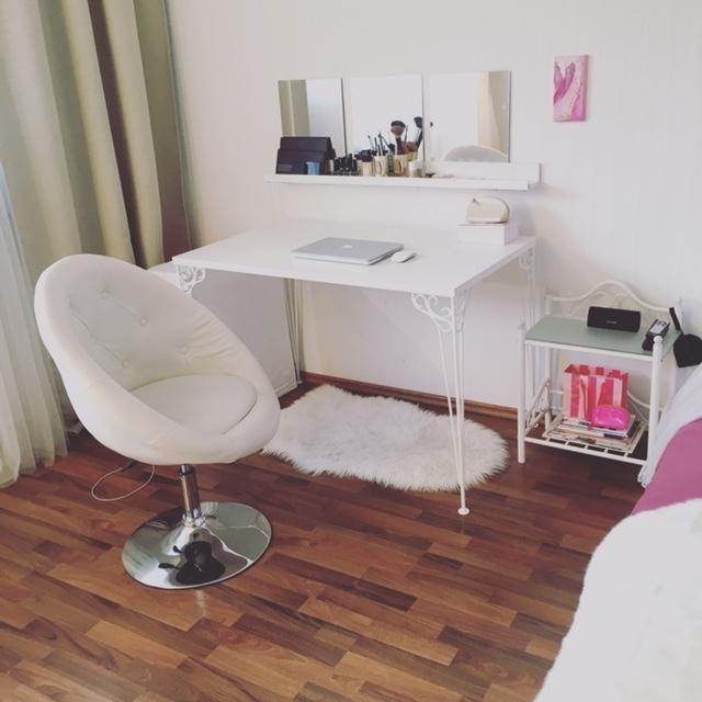 gem tlicher lernbereich helle m bel und flauschiger teppich unter dem tisch wohnung in. Black Bedroom Furniture Sets. Home Design Ideas