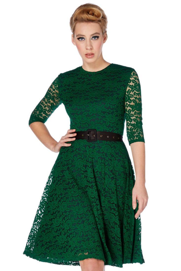 Zelené krajkové šaty Voodoo Vixen Patricia Chcete být jiná? Milujete zelenou? Pak právě pro Vás jsou tu nádherné společenské šaty, které by neměly chybět ve Vašem šatníku. Velmi univerzální použití - jako malé večerní, na večírky, do divadla. Dvě vrstvy, vrchní krajková, spodní hladká černá, elegantní tříčtvrteční rukávek, ženská linie šatů bez nabrání v pase nepřidává na objemu, délka ke kolenům. Zapínání na zip v zadní části, velmi příjemný, měkký materiál (100% nylon), podšívka (100%…